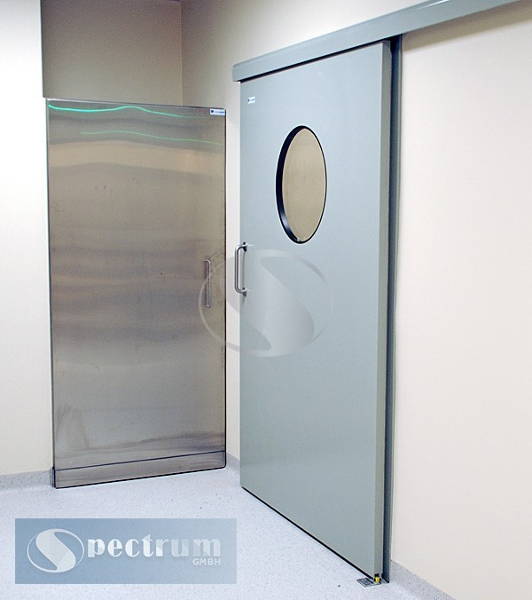 Medicinskie-lakirovannye-dveri-s-kruglym-oknom