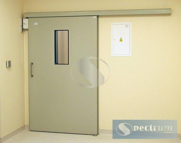 Medicinskie-razdvizhnye-lakirovannye-dveri-s-prjamougolnym-oknom